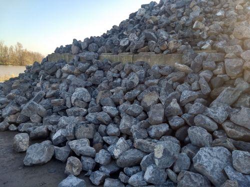 28494 een berg met basalt breuksteen 1